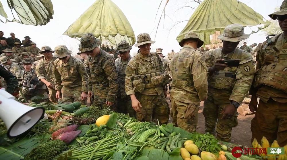 美军士兵学习辨认各种东南亚蔬果