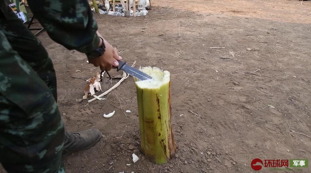 泰军展示如何从芭蕉树中获取干净水源