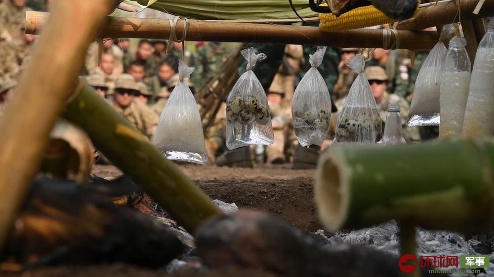 泰军教官展示野外烹饪食物的方法